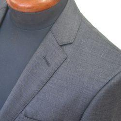 ステッチの種類は大きく分けて「ミシンステッチ」と「ピックステッチ」の2種類。上衿・下衿・フロント線・胸ポケット・腰ポケットのフロントのみに入れられる「フロントステッチ」のほか、肩線やベント・フロントダーツ・背縫線・袖などにまで入れられるのが「総ステッチ」です。