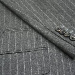 袖仕立ては、ジャケットの袖先の作り方。前釦と同じように穴開きで作る「本開き釦止め」や、標準となる開いたように見せる「開きみせ」。袖釦の数を3個、4個、これらの釦を重ねる(キス釦)など。穴かがりや飾り糸の切羽の色糸指定もしていただけます。