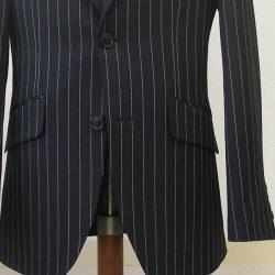 ジャケットの腰位置に付けられるポケットのデザイン。お仕事用スーツの腰ポケットとしても人気の高いのが、少し角度を付けて斜めにしたハッキングポケット。カタめのビジネススーツ用だったりフォーマル用には、フタ付きポケットが大人しめです。