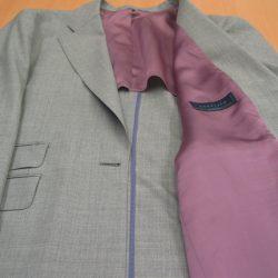 ジャケット裏地の付け方やつくり方には標準となる「背抜き仕立て」や「総裏仕立て」などがあり、スーツのご着用シーズンや好み、またスーツ素材の種類によって選びます。「背抜き仕立て」はオールシーズン向き、「総裏仕立て」は秋冬向きが基本です。