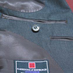 ジャケットの内ポケットにもオーダースーツはこだわりがいっぱい。左右に付く「内ポケット」、その下に付く「ペンポケット」「タバコポケット」は標準の無料オプション。必要ないので「付けない」や、スマートフォンや携帯電話、手帳サイズに「縦×横×深さ」寸法をご指定も可。