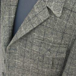 ジャケットの胸位置に付けられるポケットのデザイン。「箱ポケット」や「バルカポケット」のように、切込みを入れて作られるものとアウトポケットのように貼り付けて作られるものがあります。実際には、あまり物入れとして使うことは少なく、ジャケットのデザインのひとつとして作られます。