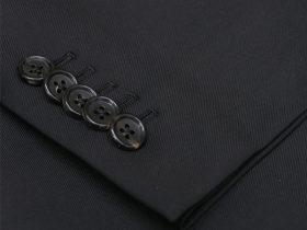 袖本開きをボタン数5個で重ねる