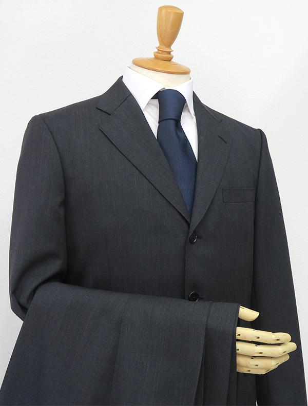 ビジネス定番のスーツ色なら2パンツスーツ