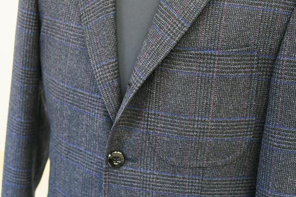 胸ポケットアウト、段返りでトラディショナルなチェック柄ジャケット①