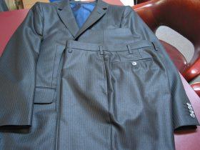 強い光沢感のあるチンツ加工された生地で仕立てたオーダースーツ