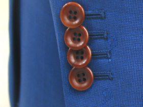 ライトネイビーのスーツに茶系のナットボタン