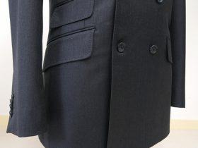 タイトなダブルジャケットのウエストラインを印象付けるチェンジポケット