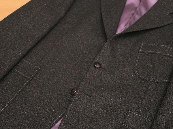 切り替え付きアウトポケットのジャケットに色糸ステッチ