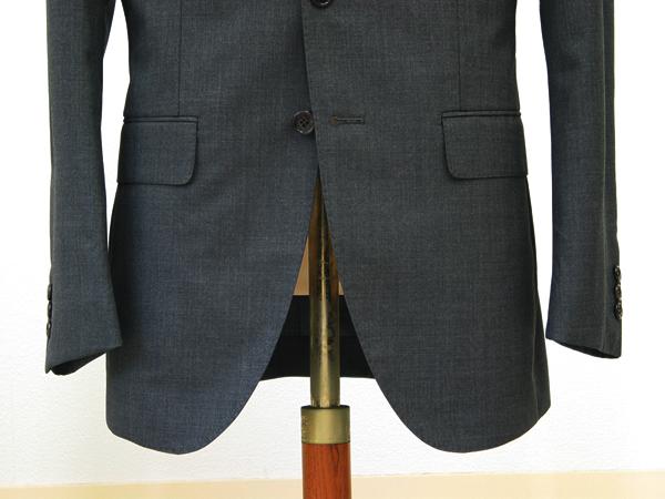 カノニコのSuper120′sで仕立てたチャコールグレーの ブリティッシュスーツ。ビジネススーツ定番のチャコールグレーや (…)