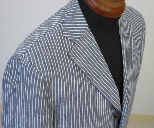 シーズンを通してお楽しみいただけるアンコン仕立てが人気の ナポリクラシコ仕様のジャケット。 夏シーズン(…)