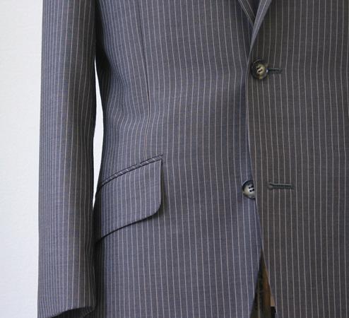 紺やグレー系統のスーツはお仕事用のスーツとして必須。 シャツやネクタイ、ベルトや靴の色などまで考えて(…)