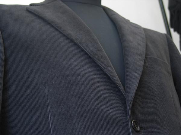 ウォームビズなお仕事用にもおススメしたいコーデュロイジャケット。 テーラードなシルエット・デザインなら素材の色は(…)