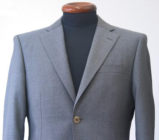 クラシコラペルの特徴は、ゴージといわれる上衿と下衿の 縫い目の角度が高く、そのゴージ位置そのものも、高い(…)
