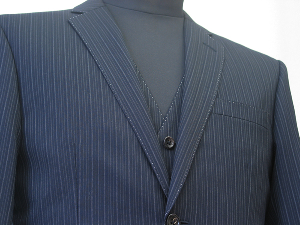 クラシコラペルの特徴は、ゴージ位置・角度とも高めで、 衿巾は広めとなっているところ。(…)