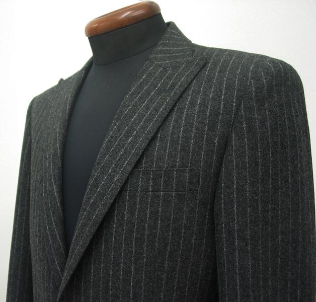 ドレッシーなチャコールグレー地、寒いシーズンには 見た目にも暖かさを感じさせてくれるフランネルのタイトスーツ(…)