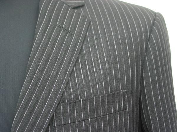 ビジネススーツにはオーソドックスなストライプ柄も、 織りで陰影をつけたヘリンボーン柄(杉綾)にストライプを(…)