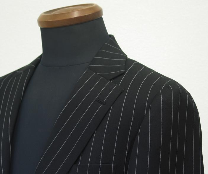 広めのストライプ巾にしっかりとした線で入れられたペンシルストライプの スーツは、地色が黒だけにより大胆に(…)