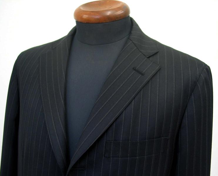 肩パットがなく、芯地・付属を極力省いたアンコン仕立て(一枚仕立て)を 特徴とするナポリクラシコは、気軽に羽織れるスーツ(…)
