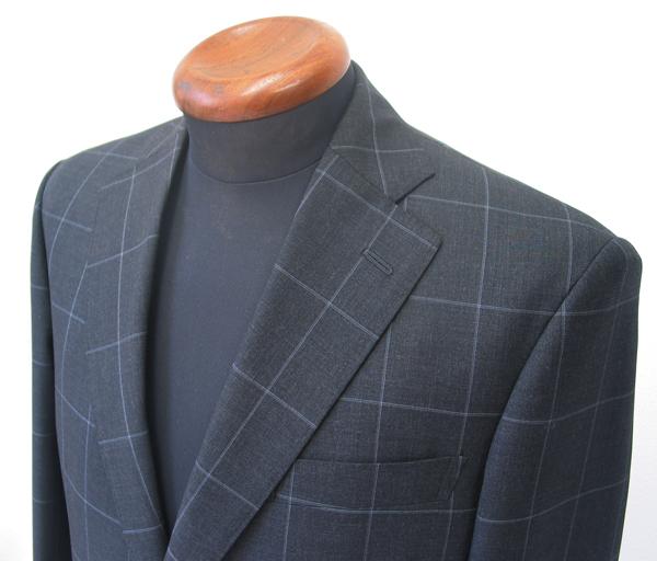 クラシコスーツというと、まずイメージされるのがその代名詞とされる シングルの3釦中段返りのためか、ビジネススーツで(…)