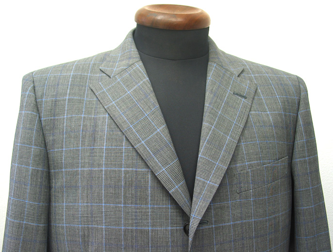 春夏シーズンにブルー系のウィンドウペインというのは、とても涼しげ。 グレンチェック柄は英国調スーツが人気なことも(…)