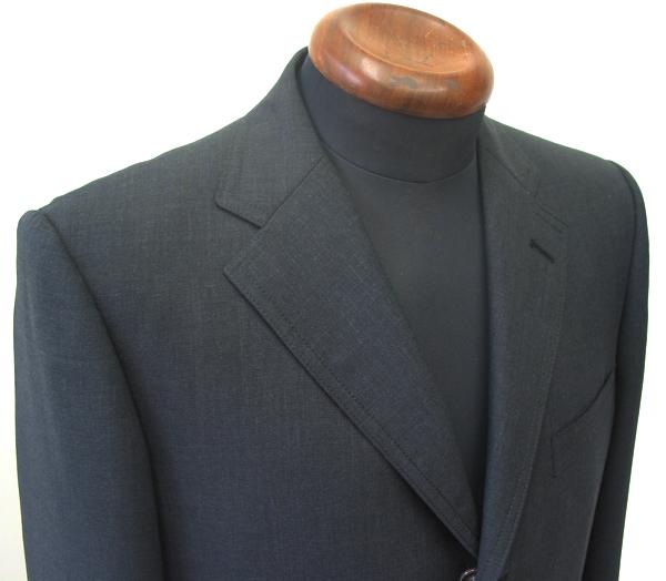 ビジネススーツとして人気の高い腰高なブリティッシュスーツに、 相性の良いチェンジポケット付きのグレースーツ。(…)
