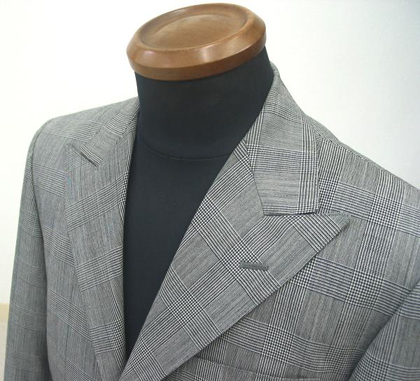 巾広9.0cmのピーク衿で仕立てたクラシコ3釦2掛のスーツ。 クラシックパターンの代表ともいえる白黒のグレンチェックは(…)
