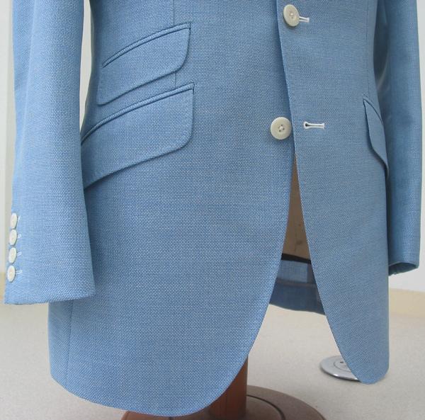 より涼しげに見えるライトブルーのカノニコサマーツイード。カッタウェイフロントがかっこいいブリティッシュモデル(…)