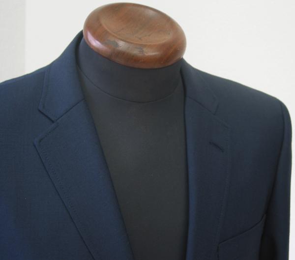 秋口からのご着用スーツには、薄手の春夏素材が向いた日もあり、 また、もう少し生地に重みが欲しいような肌寒い日には(…)