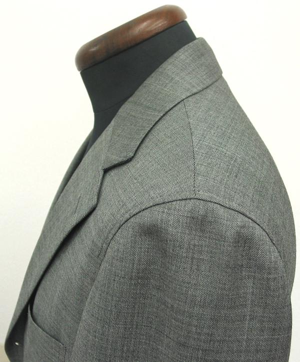ジャケットの前芯を軽く作り、肩パッドのないアンコン仕立て、動きやすい 肩まわりが特徴的なナポリクラシコ。芯地・付属等を(…)