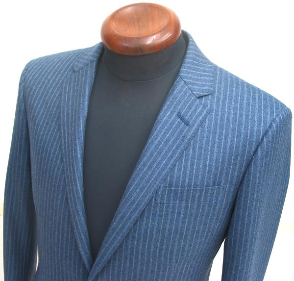 ここ数年のスーツスタイルは、ブリティッシュもクラシコも、 ジャケット丈は短め、肩巾も狭めなタイトスーツの傾向でお仕立て(…)