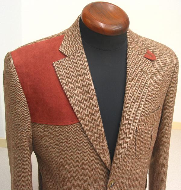 エクセーヌというピーチスキンともスエード調ともいわれる 人工皮革をガンパッチ(肩当て)として付けたツイードジャケット。(…)