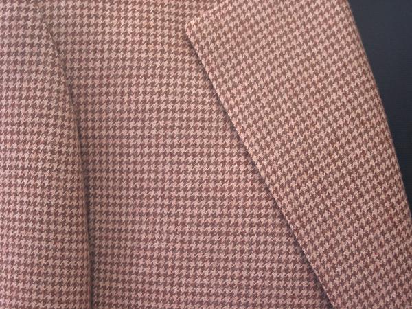 上品な薄茶の濃淡2色で織られたホーランド&シェリー社の 千鳥格子のシングルジャケット。「千鳥格子」は、鳥が(…)