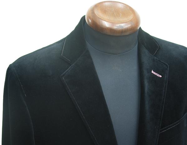 生地表面のけばがなめらかで、高級感のある光沢が特徴的な コットンベルベット。黒色のベルベットで仕立てられた(…)
