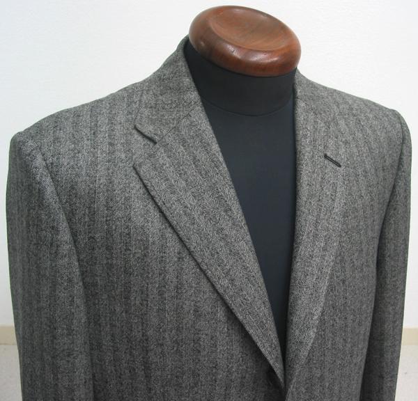 イタリア製ロロピアーナSuper120′sで仕立てたジャケットは、 同じグレーヘリンボーン柄でも、秋冬当店一番人気の(…)