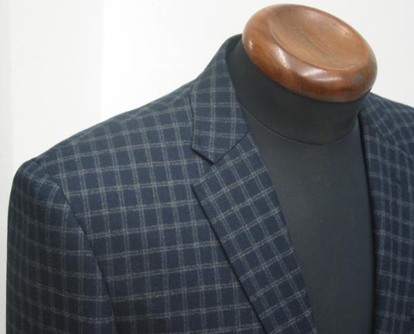ゆとり量の少なめなEx-madeラインのタイトスーツ・ナロータイプ ラペルに標準セットされる衿巾は、細身なシルエット(…)