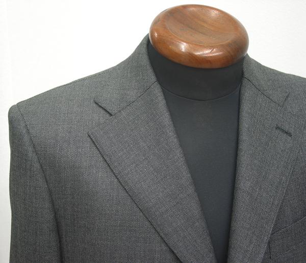 シャークスキンという織り柄は、サメ肌のように見える ギザギザの織りが斜めに入った生地の織り柄のことになります。(…)