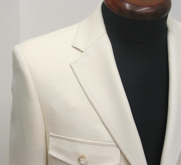 胸ポケット、腰ポケットをアウトフタ付き、肩には肩章付き、背バンド付きとしたこだわりどころ満載なアイビーテイストな(…)